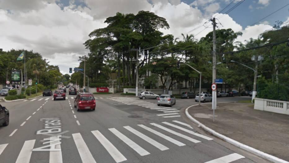 A equipe tentou interceptar o carro na Avenida Brasil quando iniciou a troca de tiros Foto: Reprodução/Google Street View
