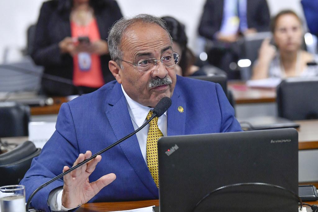 Senador flagrado com dinheiro na cueca negociou avião da FAB para transportar EPIs de empresa investigada por superfaturar material. Foto: Jane de Araújo/Agência Senado