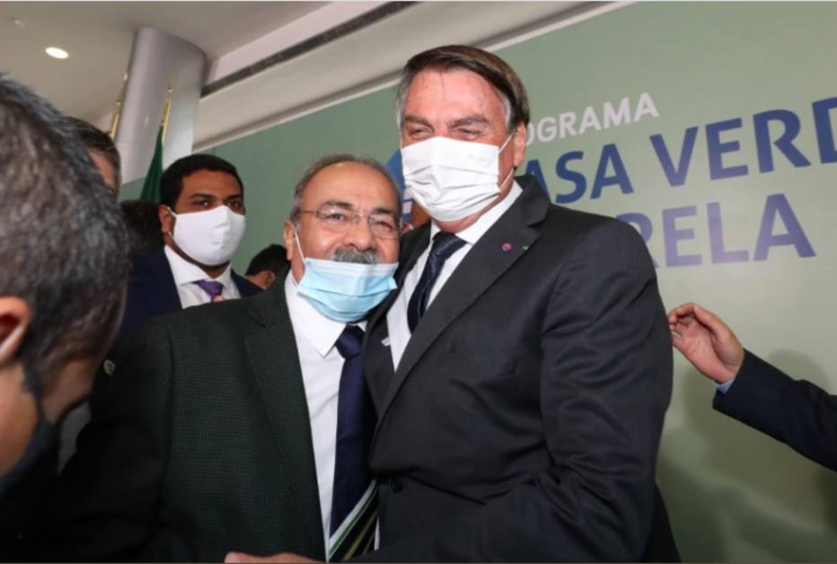 O senador Chico Rodrigues e o presidente Jair Bolsonaro, que já disse ter 'quase uma relação estável' com o parlamentar. Foto: Twitter/Reprodução