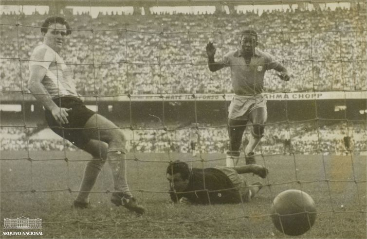 Pelé (direita) em jogo contra a Argentina durante a Copa Roca de 1957. Foto: Arquivo Nacional/ Correio da Manhã