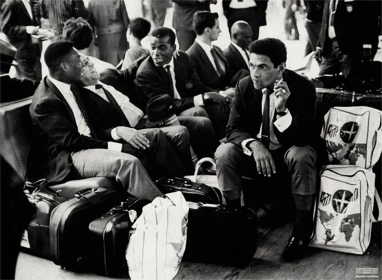 Pelé, Seleção brasileira no aeroporto, durante excursão a Madri, junho 1966. Foto: Arquivo Nacional/Fundo Correio da Manhã