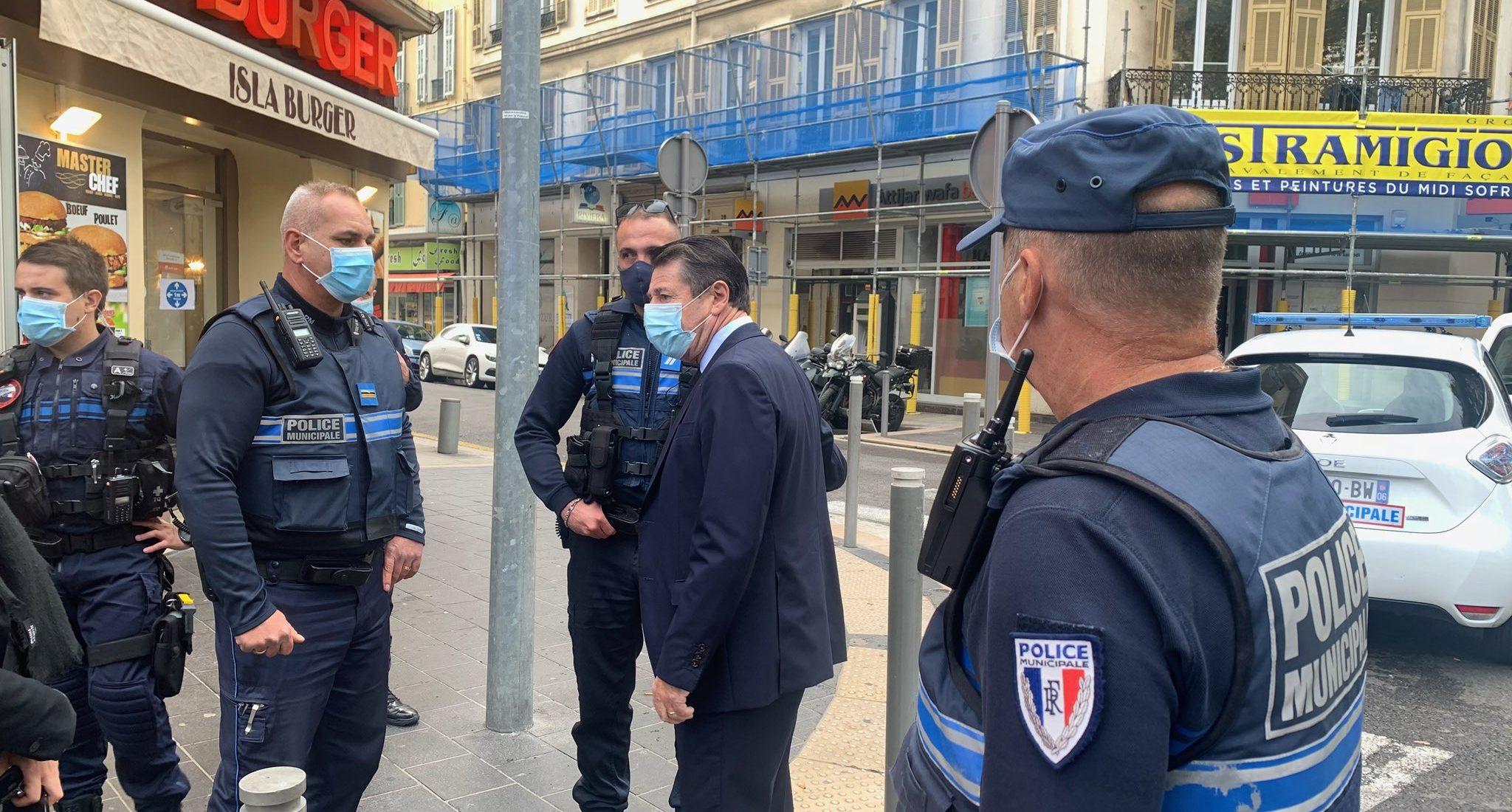 Prefeito de Nice, Christian Estrosi, e policiais no local onde ocorreu o ataque. Foto: Reprodução/Twitter/@Cestrosi