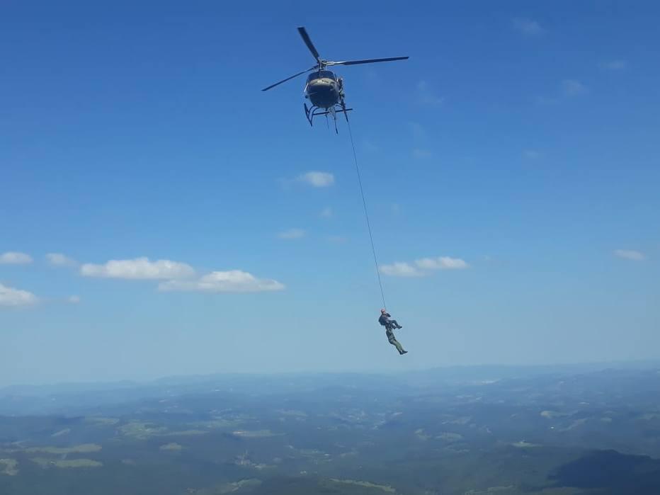 Resgate na Serra Catarinense foi feito com técnica McGuire, que iça a vítima sem o uso de maca. Foto: 5ª Base de Aviação da Polícia Militar