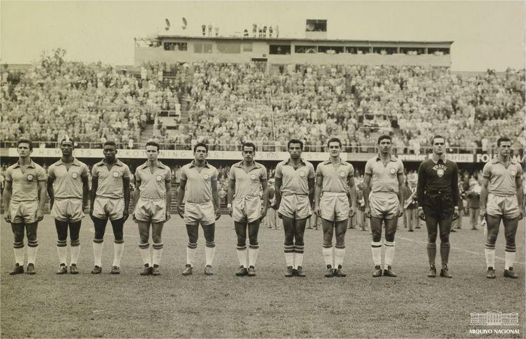 Seleção brasileira perfilada antes de jogo da Copa da Suécia, em 1958. Foto: Arquivo Nacional/Correio da Manhã