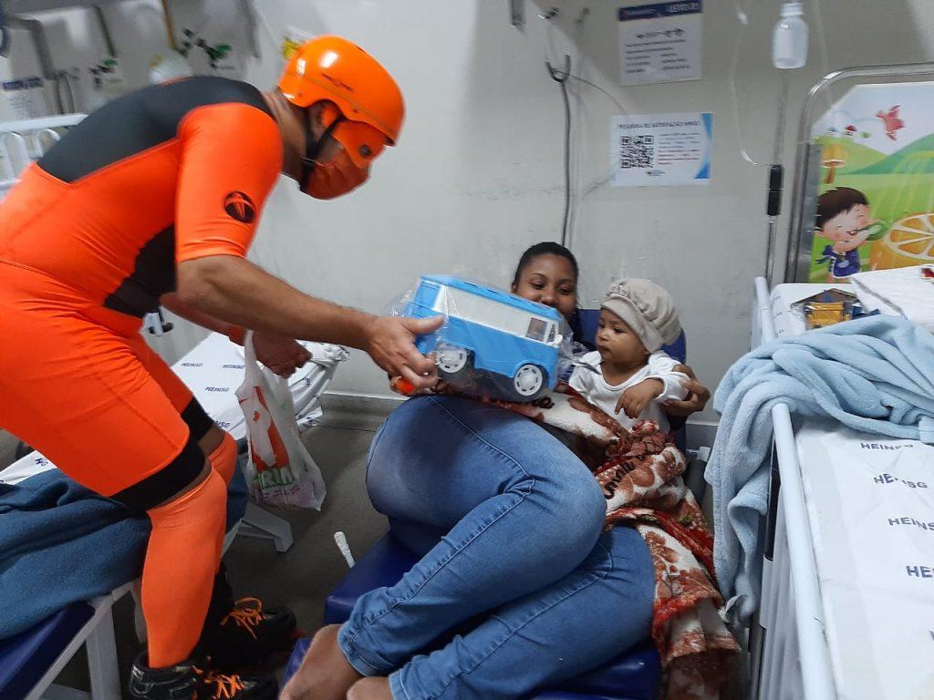 Super-herói distribui presente para crianças internadas no Hospital Infantil de Vitória. Foto: Arquivo Pessoal