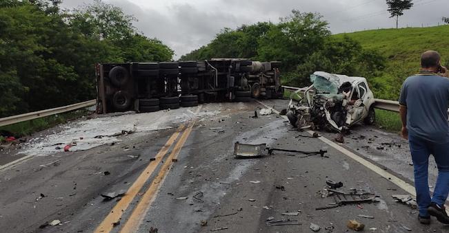Acidente grave envolvendo caminhão e carro na BR-101, na Serra. Foto: Internauta