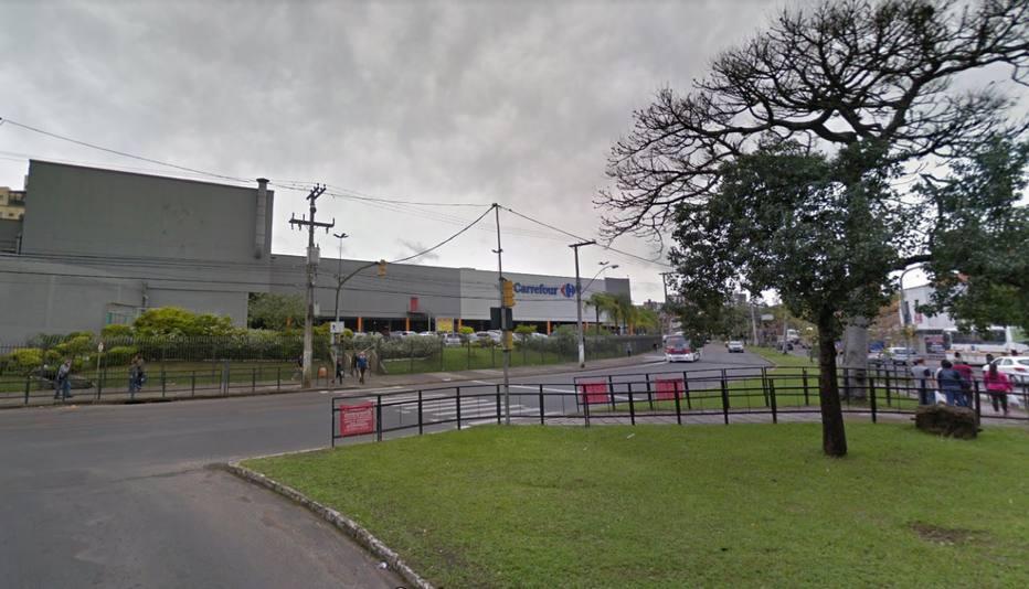 De acordo com a polícia, o crime aconteceu no estacionamento do supermercado Carrefour localizado no bairro Passo D'Areia, em Porto Alegre (RS). Foto: Google Street View