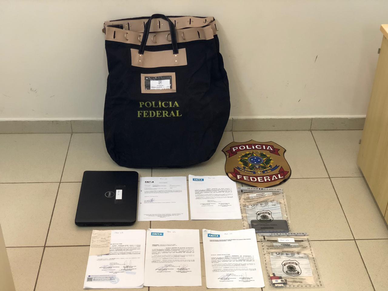 Documentos falsos apreendidos pela PF durante o cumprimento dos mandos de busca e apreensão. Foto: Divulgação/Polícia Federal