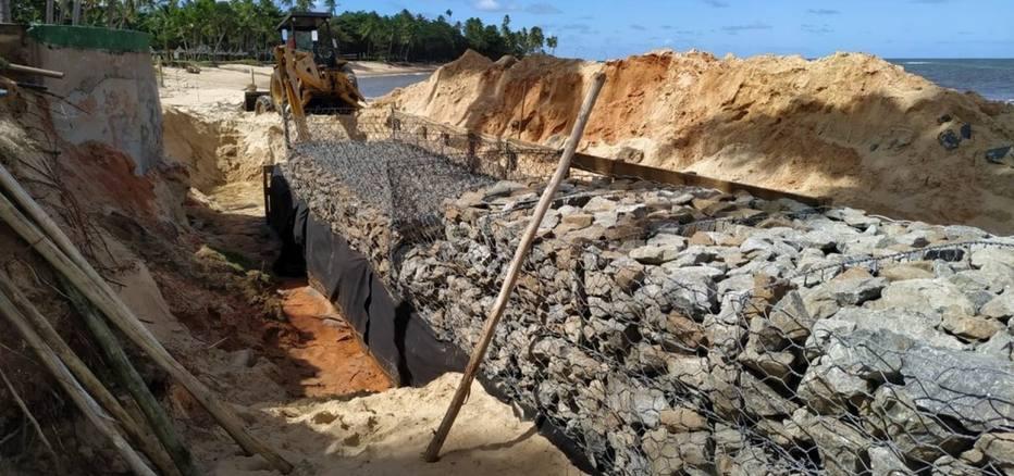 O Hotel Tivoli EcoResort está fazendo uma mureta de pedra em frente ao mar, na praia do Porto de Baixo, com o objetivo de conter o avanço das águas. Foto: Reprodução