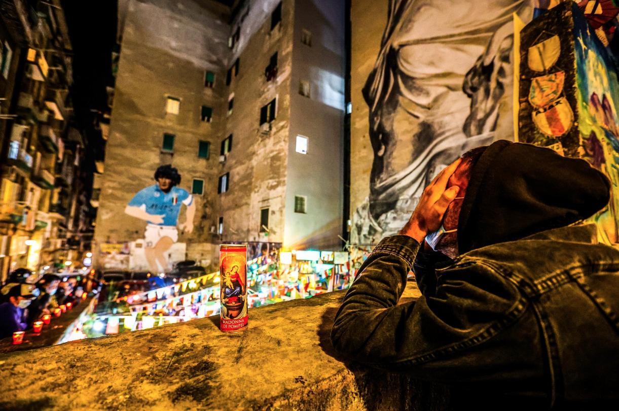 Torcedores realizaram homenagem ao ex-jogador durante toda a madrugada nas ruas da Argentina. Foto: Reprodução/Twitter/@B3LL3TZKA