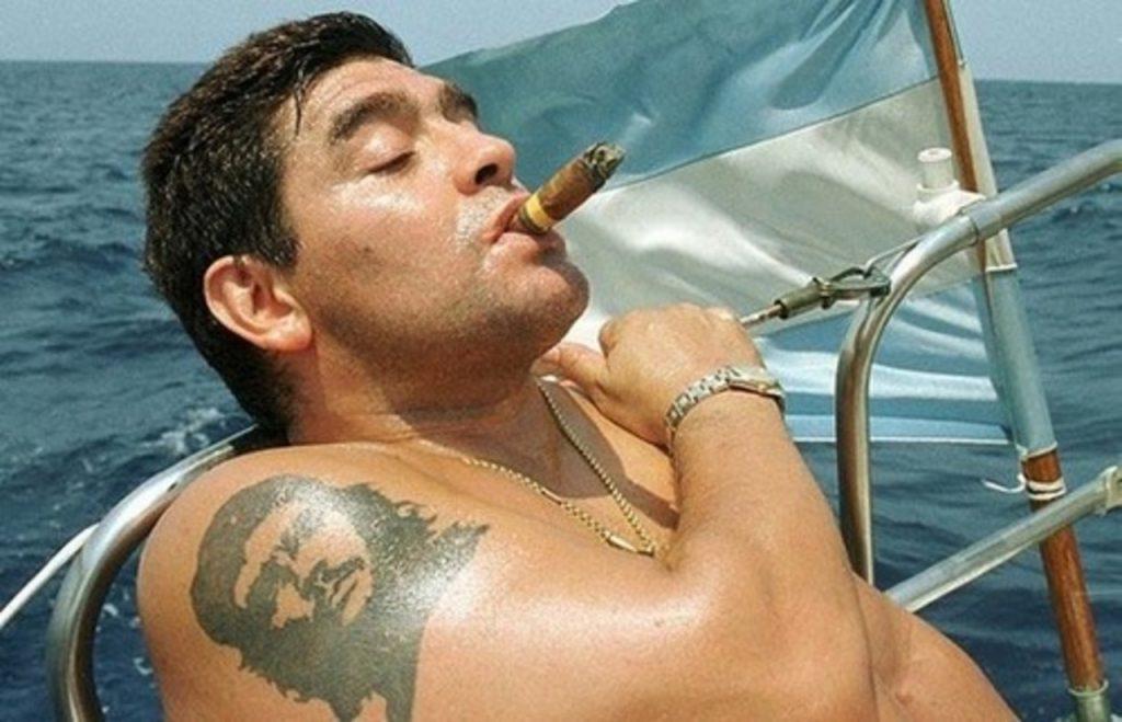 Diego Maradona e sua tatuagem de Che Guevara (Reprodução: Web)