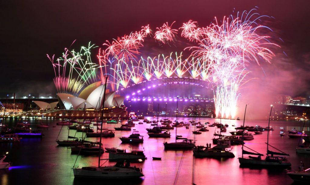 Fogos subiram aos céus em Sydney na virada de 2020, mas o porto estava vazio(Foto: Mick Tsikas / AAP Image for NSW Government)