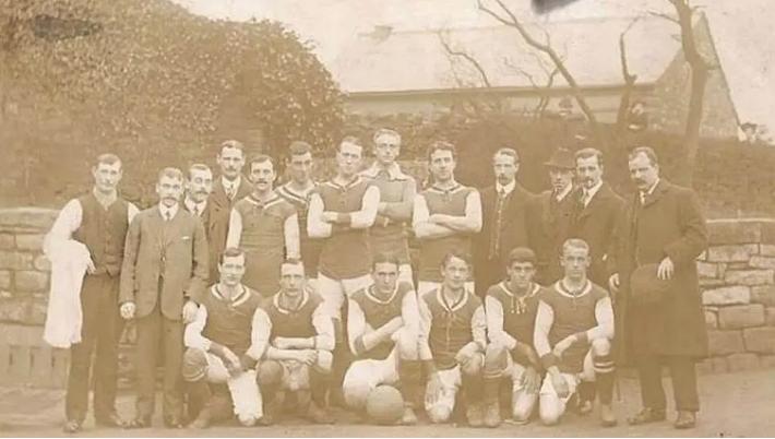 Elenco do Hallam FC antes do clássico de 1910, ano do primeiro registro fotográfico do dérbi Foto: Hallam FC/Divulgação