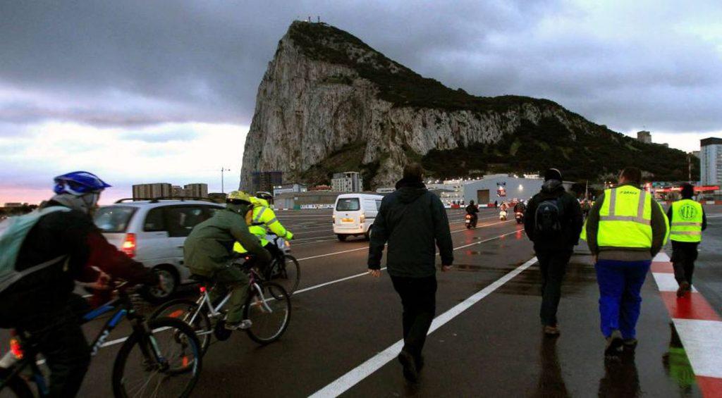 Pessoas cruzam a fronteira com Gibraltar a partir de Línea de la Concepción (Cádiz). (Reprodução: A. Carrasco Ragel / EFE)