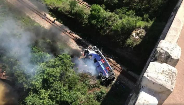 Ônibus caiu de viaduto na BR-381, em João Monlevade (MG). Foto: Corpo de Bombeiros