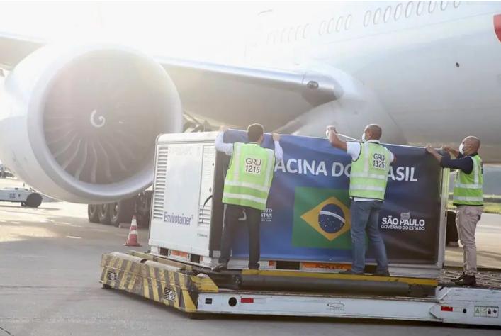 """Segundo lote da Coronavac chegou a São Paulo na manhã desta quinta-feira, 3, e foi coberto por banner onde estava escrito """"A vacina do Brasil"""". Foto: Governo de SP"""