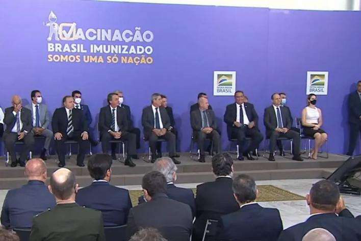 Sem máscara, o presidente Jair Bolsonaro e o ministro da Saúde, Eduardo Pazuello, participaram de evento de divulgação do plano na manhã desta quarta-feira, 16. Foto: Reprodução/Ministério da Saúde