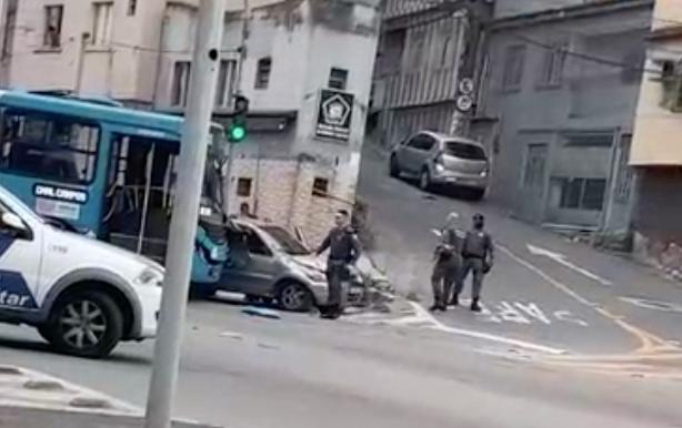 Suspeito tenta atropelar PMs e policiais atiram contra o veículo na Ilha do Príncipe, em Vitória. Foto: Reprodução