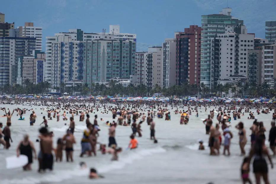 Banhistas lotaram a orla de Praia Grande na véspera do Ano Novo. (Foto: Felipe Rau/Estadão Conteúdo)