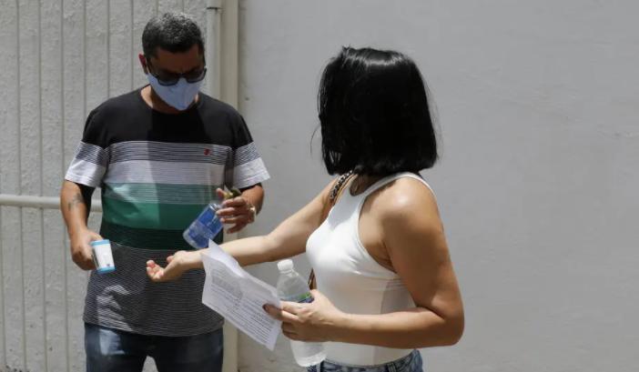 Candidata chega para fazer o Enem Digital na UniCarioca. Foto: Fernando Frazão/Agência Brasil