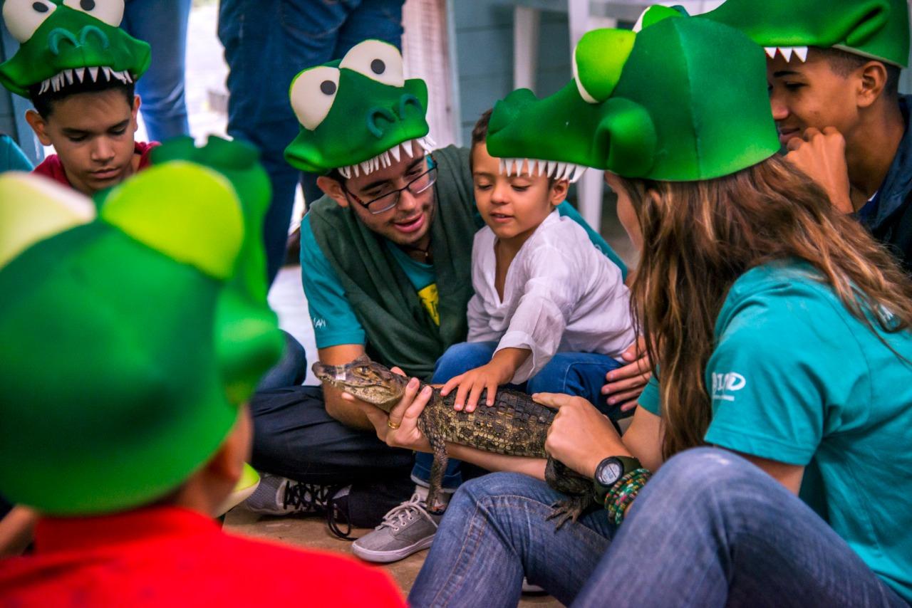Daniel Neves, Biologo e Pesquisador do Projeto Caiman realizando ação de Educação Ambiental em escola municipal do município da Serra- ES