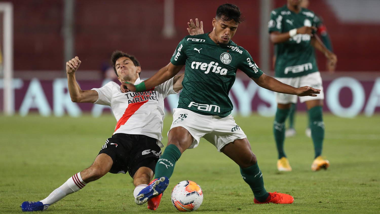 Gabriel Menino disputa bola com o Ignacio Fernandez, do River Plate, durante partida válida pelas semi finais (ida), da Copa Libertadores. Foto: Cesar Greco