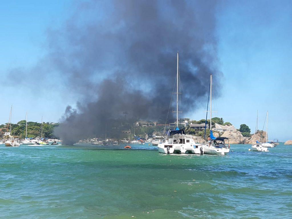 Incêndio em lancha assusta banhistas na Praia da Guarderia, em Vitória. Foto: Juliete Ferreira