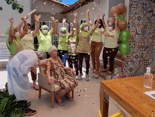 Marly da Silva e Silva, 82 anos, foi a primeira idosa a ser vacinada na Casa de Repouso Aconchego em Araçás, Vila Velha. Foto: Reprodução/@repousoaconchego