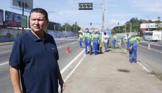 O prefeito Euclério Sampaio acompanhou o mutirão de limpeza em Cariacica. Foto: Reprodução/Instagram