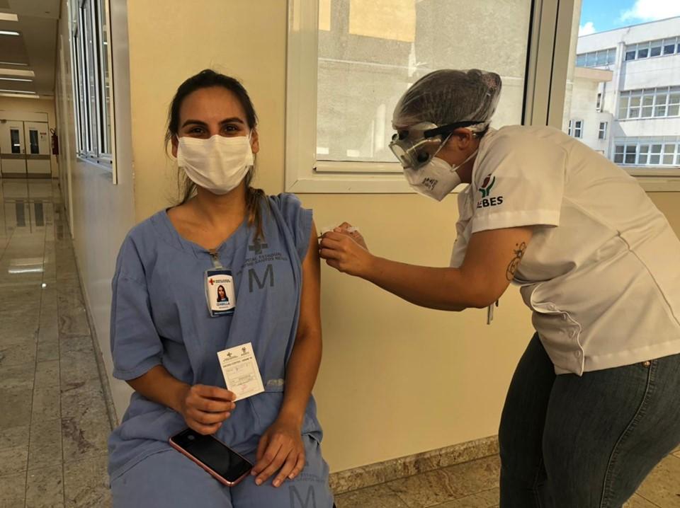 Profissional da saúde é imunizada contra a covid-19. Foto: Divulgação