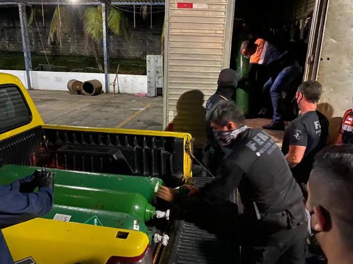 Polícia apreende 33 cilindros de oxigênio escondidos por empresa em Manaus. Foto: Carlos Soares/Erlon Rodrigues/Alailson Santos/SSP-AM e PC-AM