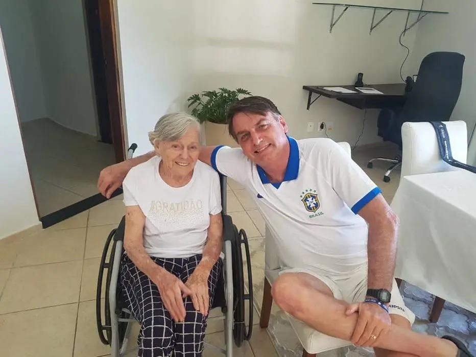 O presidente Jair Bolsonaro publica foto com a mãe, Olinda (20/4/2019) (Foto: Reprodução/Facebook)