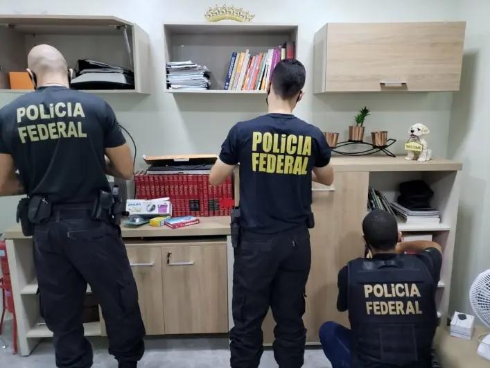 Agentes fizeram buscas em cinco endereços ligados aos investigados. Foto: Reprodução/Polícia Federal