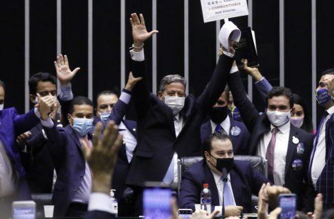 Arthur Lira (em pé, ao centro) comemora resultado da eleição. Foto: Michel Jesus/Câmara dos Deputados