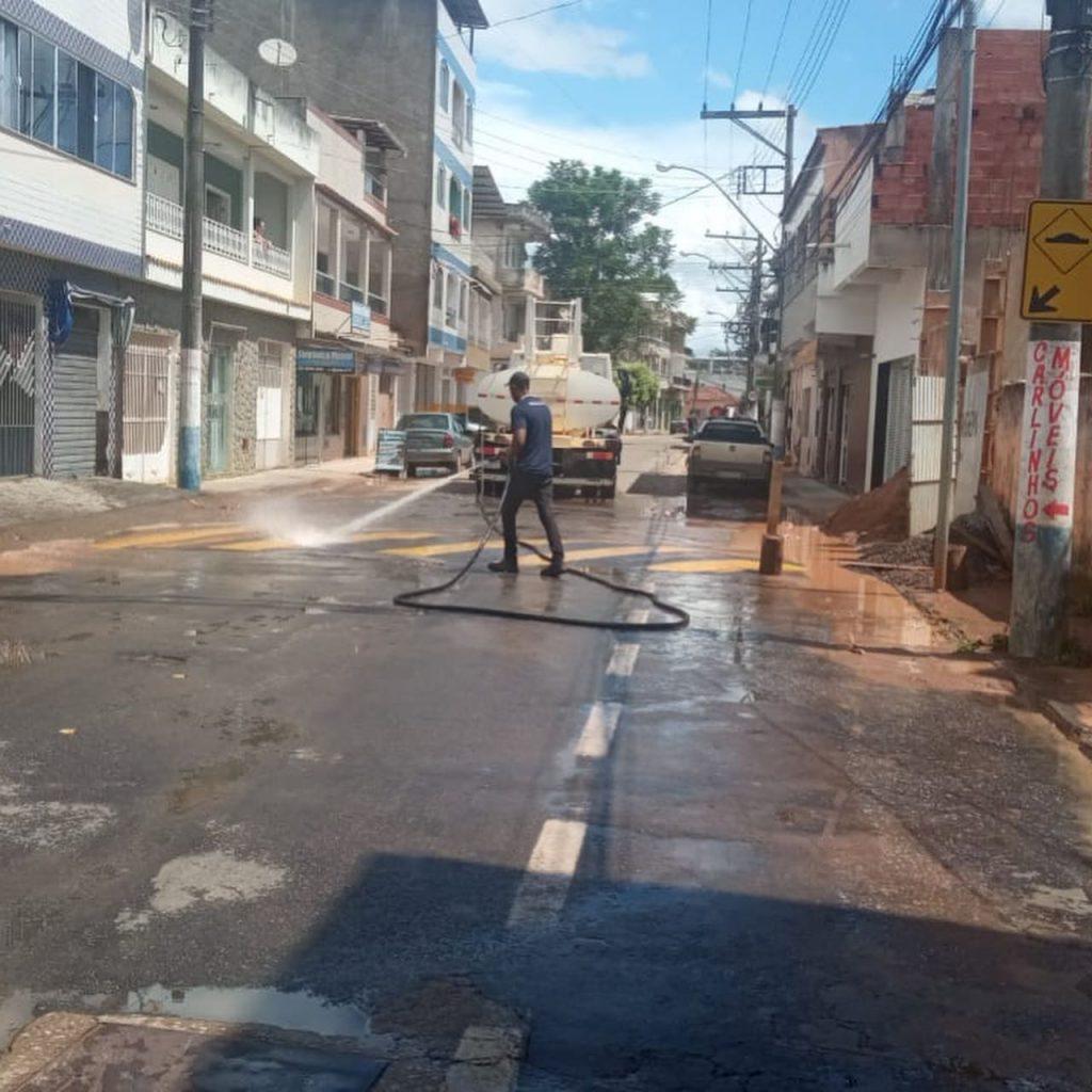 Equipes limpam ruas de Bom Jesus do Norte após enchente. Foto: Reprodução/Facebook