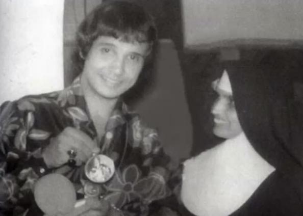 Roberto Carlos e Irmã Fausta na década de 60. (Reprodução: Instagram/robertocarlosoficial)