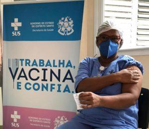 Técnica de Enfermagem Iolanda Brito da Silva Santos primeira imunizada contra a covid-19 no estado. Foto: Divulgação/Secom-ES