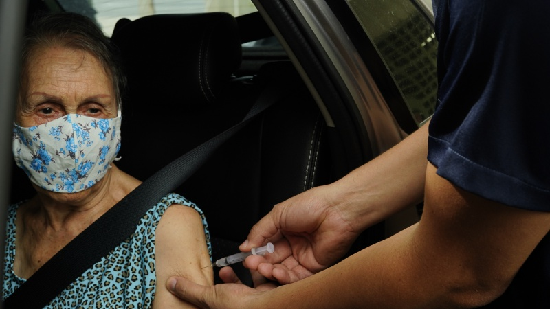 Vacinação contra covid em idosos acima de 85 anos. Foto: André Sobral